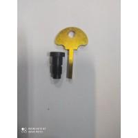 Болт с ключем для крепления лючка бака К-750